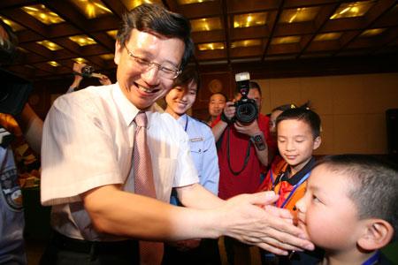 北京市委副书记为英烈子女送儿童节礼物