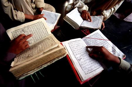 学生 朗读/学生们在全神贯注的朗读古兰经