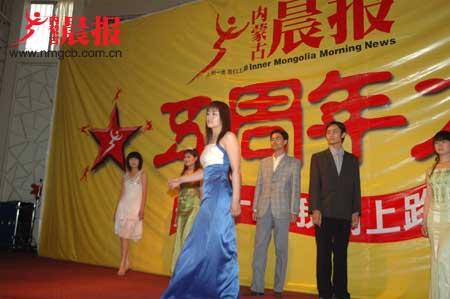 2006年5月28日晨报人欢聚一堂庆生日(组图)