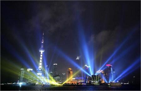 图文:和平畅想大型景观灯黄浦江畔首次试灯