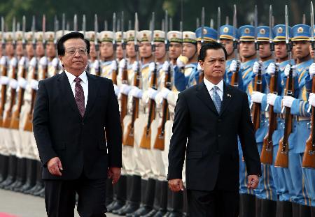 图文:曾庆红为菲律宾副总统德卡斯特罗举行欢迎仪式