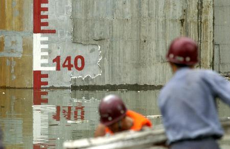 图文:三峡三期上游围堰爆破准备就绪(3)
