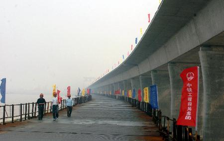 图文:[经济](2)杭州湾跨海大桥正加紧建设