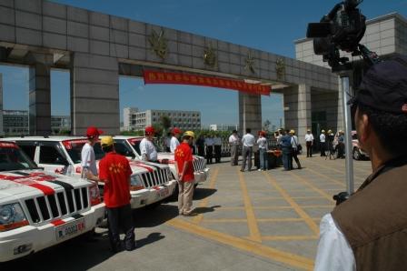 组图:中国禁毒志愿者在海南大学门前留影