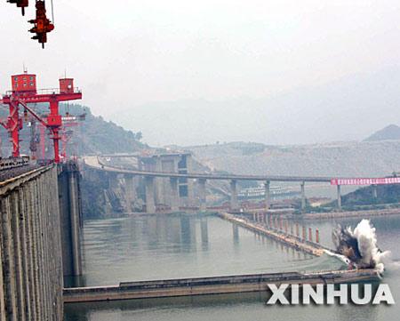 图文:鸟瞰三峡工程三期围堰爆破