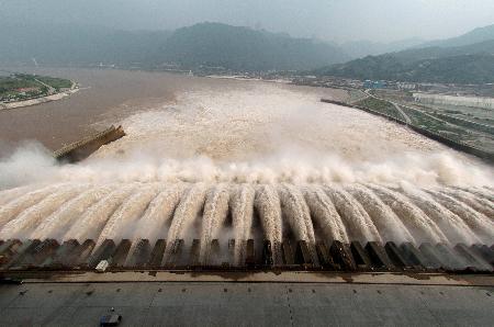 图文:江水通过三峡泄洪大坝奔涌而去