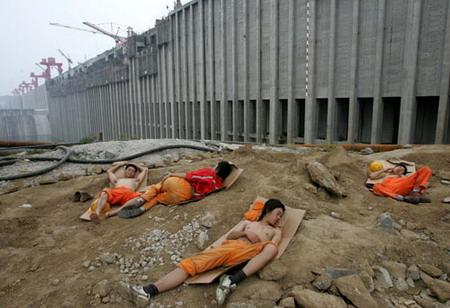 图文:三峡大坝前午休的建设工人
