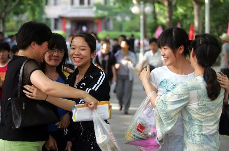 图文:考生与等候在济南一中考场外的人拥抱