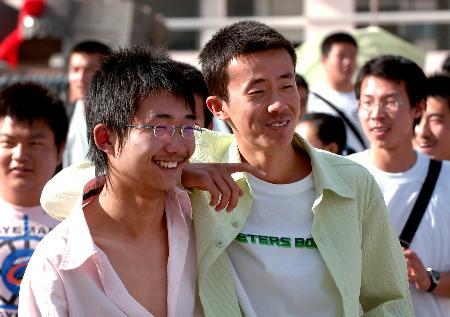 图文:两名考生在银川第一中学考场外合影留念