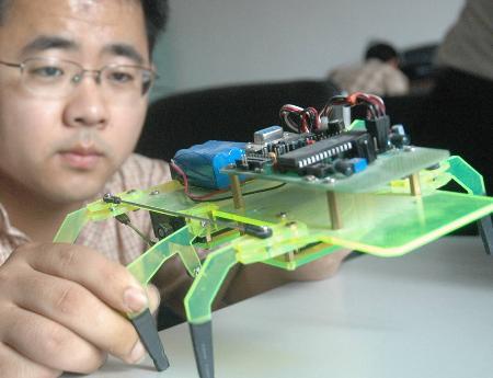 众多大学生设计制作的小发明脱颖而出,成为引人注目的亮点.