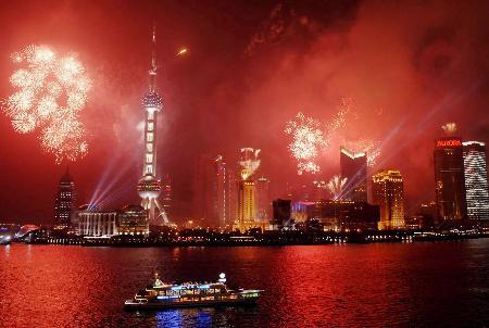 图文:黄浦江岸举行的焰火预演