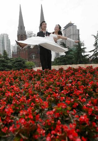 图文:新人在上海徐家汇天主教堂前举行婚礼