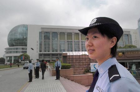 图文:一名警察在上海国际会议中心附近值勤