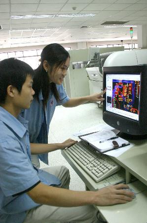 """图文:武汉中国光谷创造出我国激光产业18个""""第一""""(2)"""