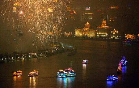 图文:上海黄浦江畔燃放焰火