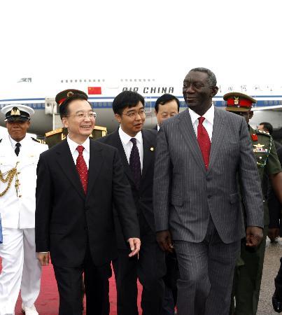 图文:温家宝抵达阿克拉开始对加纳的正式访问