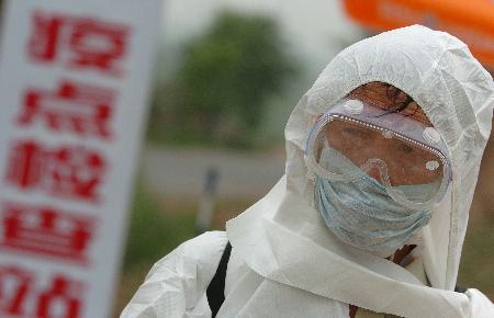 图文:山西长子县疫点村口工作人员在值勤