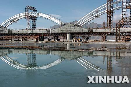 图文:建设中的拉萨河铁路桥