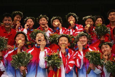 图文:中国女排再夺奥运金牌