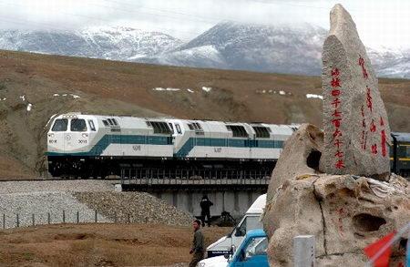 图文:列车经过海拔4767米的昆仑山口