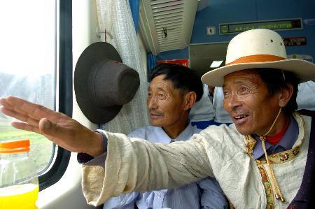 图文:藏族牧民在欣赏窗外的美景