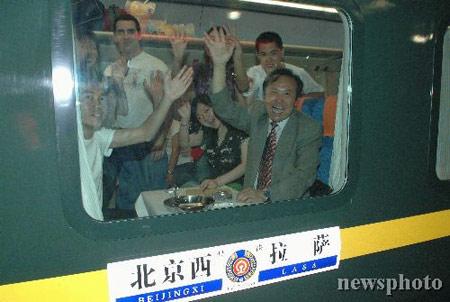 图文:北京西开往拉萨列车首次启程