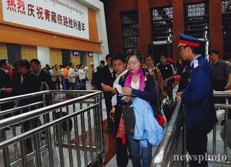 图文:西宁-拉萨进藏列车抵达拉萨<p