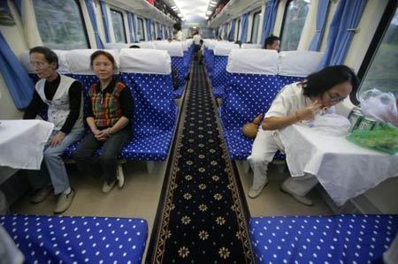 图文:西宁至拉萨首发列车车厢内部
