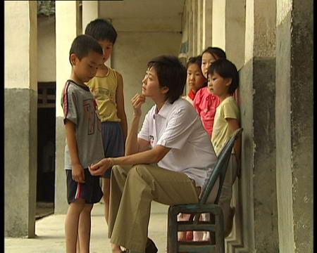 图文:敬一丹和大别山的孩子们倾心交谈