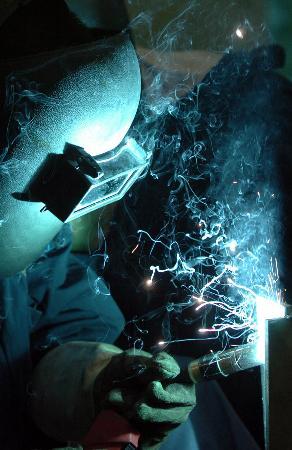 图文:唐山机车车辆厂的一名工人在进行铝焊接