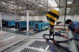 图文:工人在装配出口哈萨克斯坦的客车