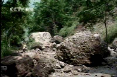 图文:地震地区山石滑落