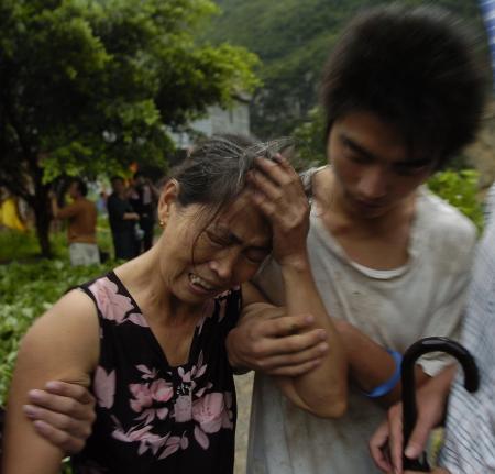 图文:云南盐津地震一位妇女痛哭