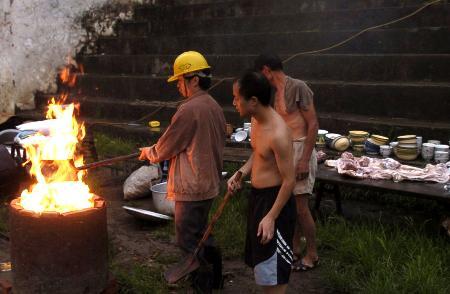 图文:灾区生火准备为灾民做饭