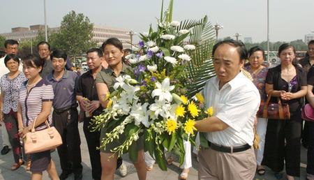 图文:孤儿们向唐山抗震纪念碑敬献花篮