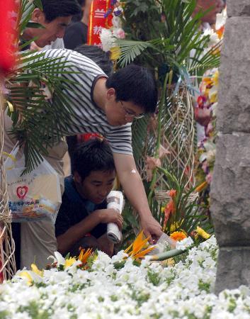 图文:唐山市民在大地震纪念碑前悼念遇难者