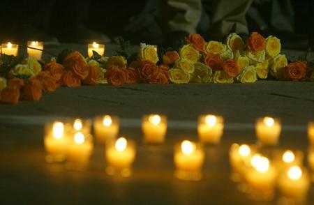 组图:天津市民点燃蜡烛纪念唐山地震30周年