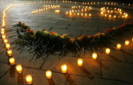 组图:天津市民点燃蜡烛纪念唐山<p