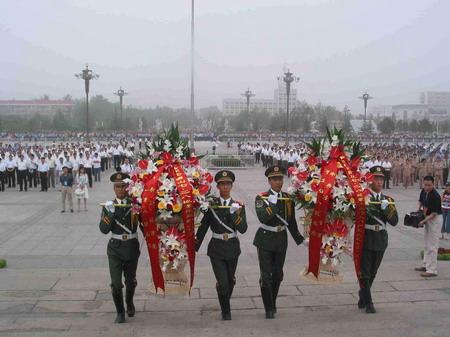 图文:仪仗队在唐山抗震纪念碑向死难者献花篮