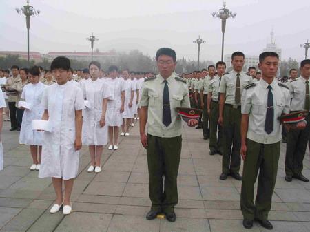 图文:各界代表在广场向地震死难者默哀