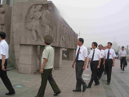 图文:与会代表参观唐山大地震纪念碑