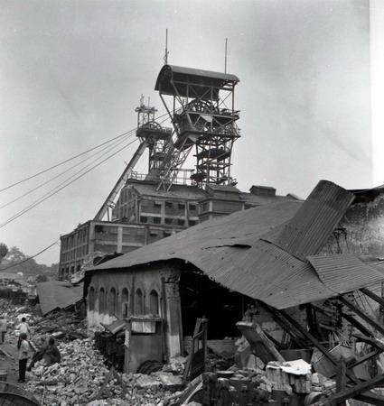 图文:百年井架在地震的残垣上屹立