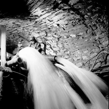 图文:地震后开滦矿工抢排地下水