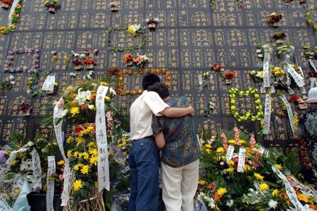 组图:唐山市民悼念7.28地震死难同胞