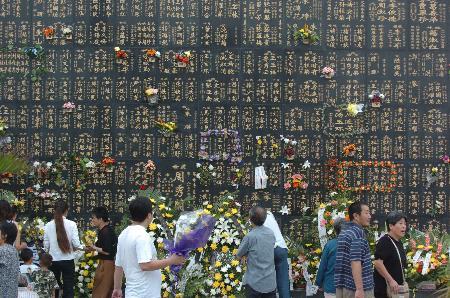 图文:悼念者在唐山地震纪念墙前敬献鲜花