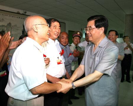 图文:胡锦涛接见唐山抗震救灾模范人物代表