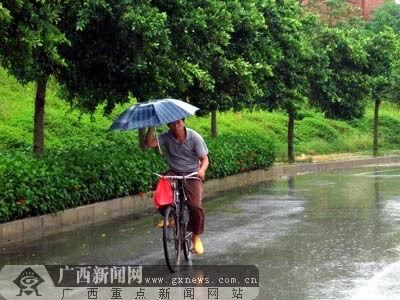 组图:广西市民感受派比安威力(2)