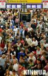 图文:乘客们等候办理登机手续
