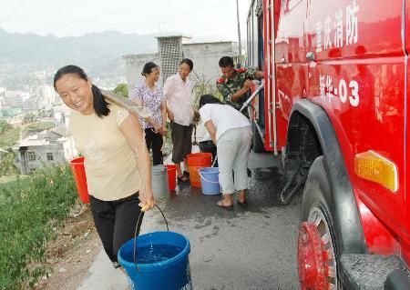 图文:村民领取消防官兵送来的及时水