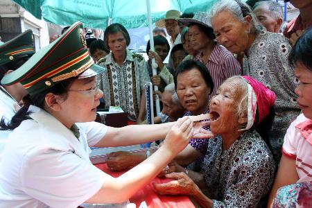 图文:医护人员在紫金县黄塘镇为乡亲们看病